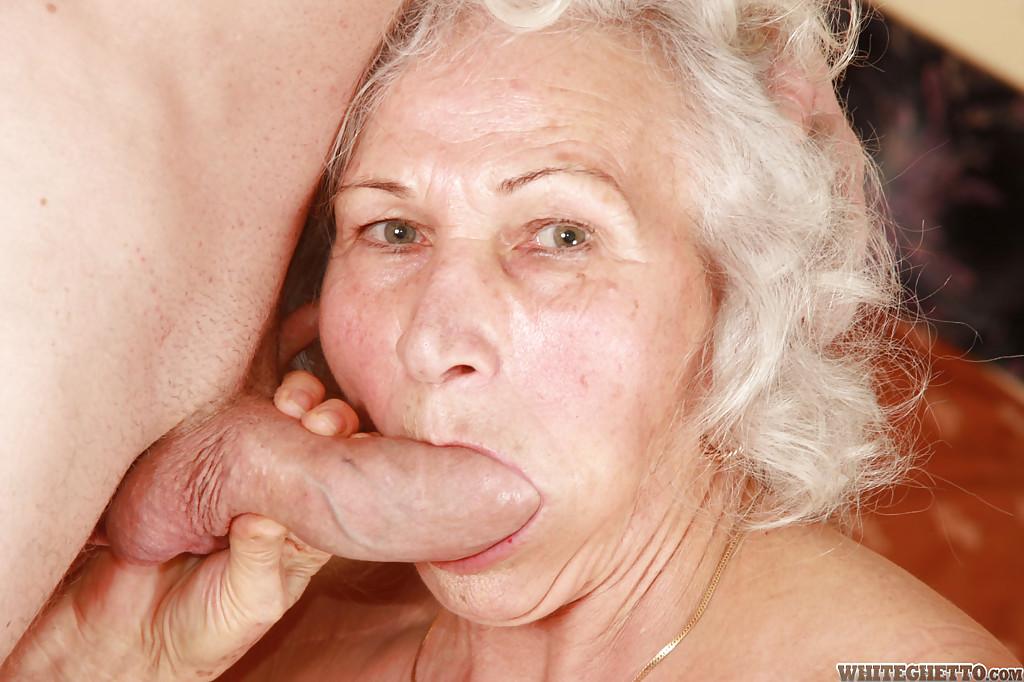 Бритый факер дрючит грудастую старуху с небритой мандой на кровати 1 фото