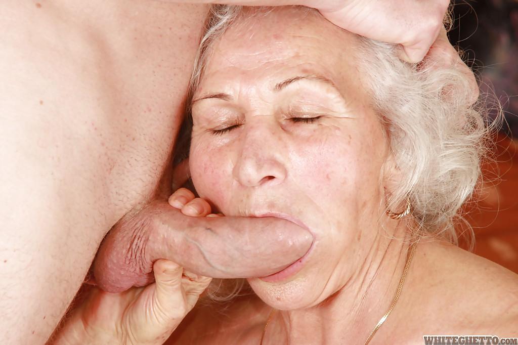 Бритый факер дрючит грудастую старуху с небритой мандой на кровати 2 фото