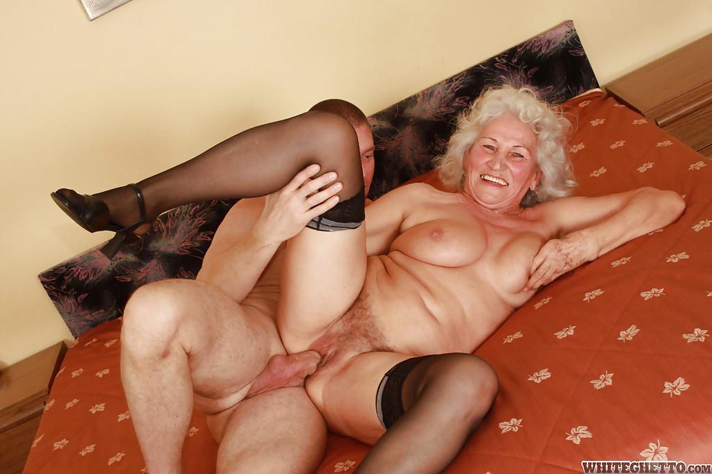 Бритый факер дрючит грудастую старуху с небритой мандой на кровати 4 фото