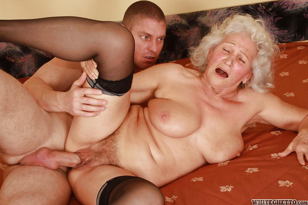 Бритый факер дрючит грудастую старуху с небритой мандой на кровати 5 фото