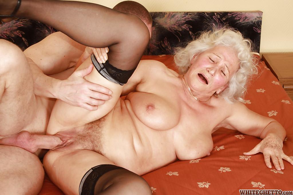 Бритый факер дрючит грудастую старуху с небритой мандой на кровати 6 фото