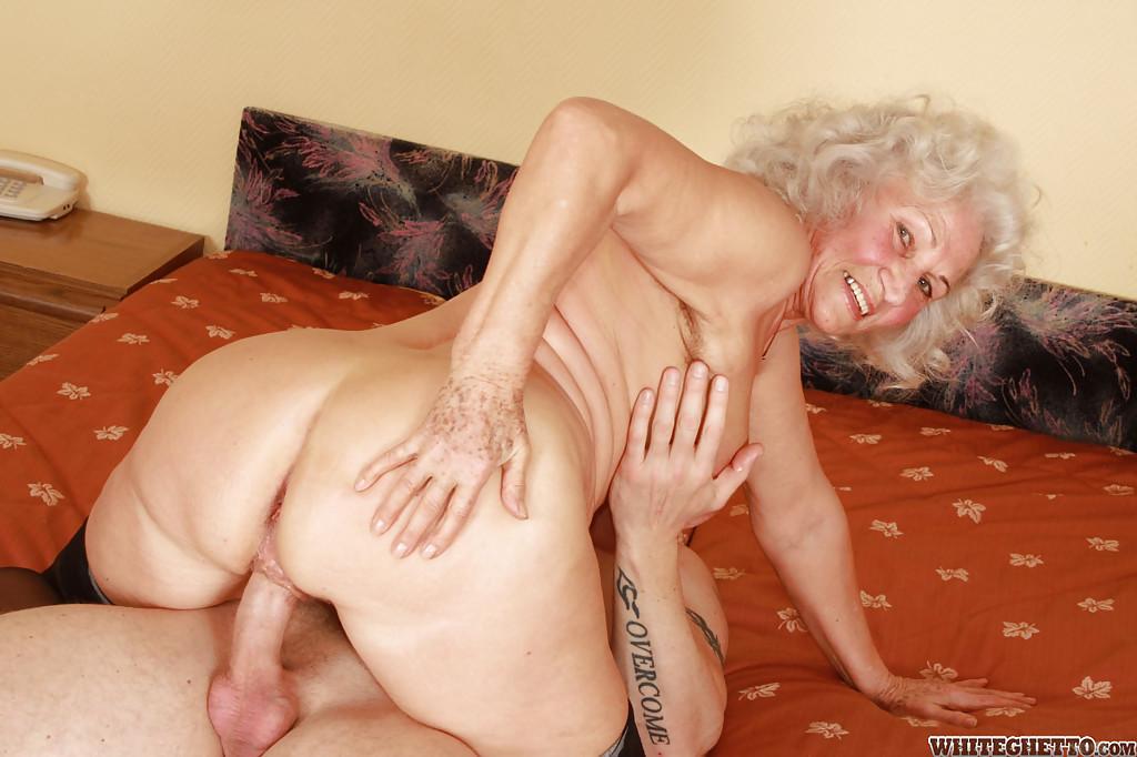 Бритый факер дрючит грудастую старуху с небритой мандой на кровати 7 фото