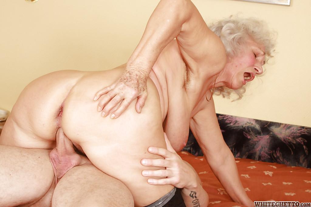 Бритый факер дрючит грудастую старуху с небритой мандой на кровати 9 фото