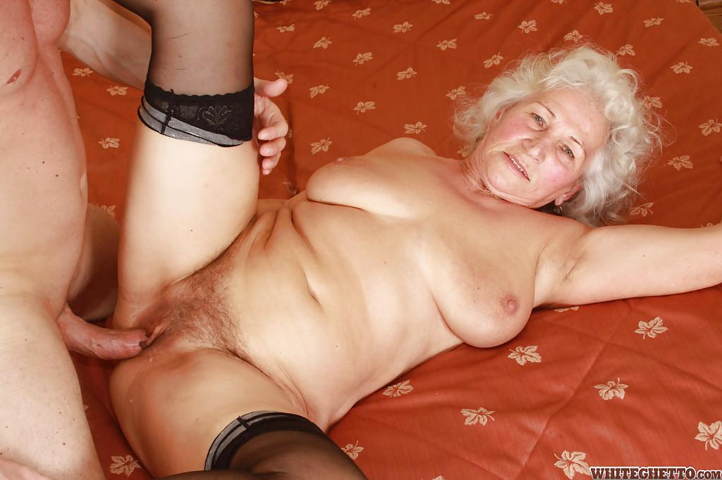 Бритый факер дрючит грудастую старуху с небритой мандой на кровати 10 фото