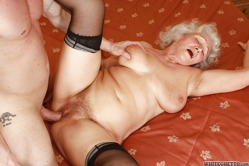 Бритый факер дрючит грудастую старуху с небритой мандой на кровати 11 фото
