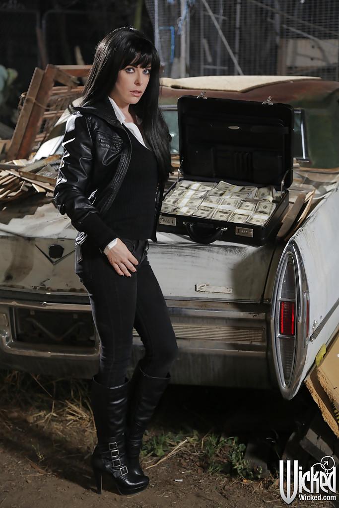 Penny Pax раздевается на фоне кадилака и чемодана с баксами 1 фото