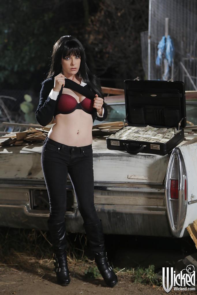 Penny Pax раздевается на фоне кадилака и чемодана с баксами 3 фото