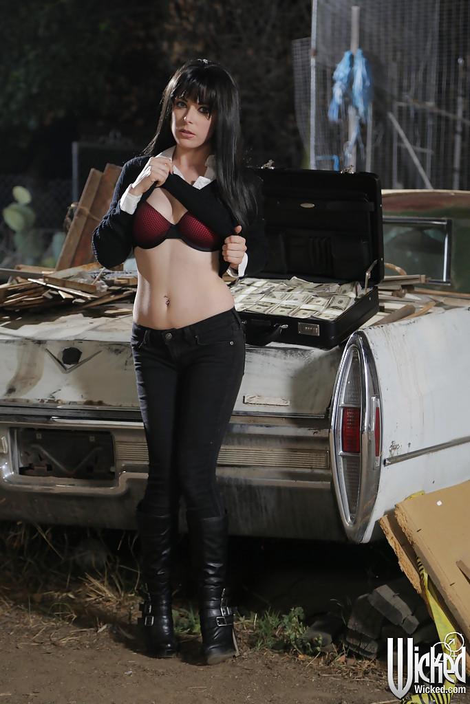 Penny Pax раздевается на фоне кадилака и чемодана с баксами 4 фото