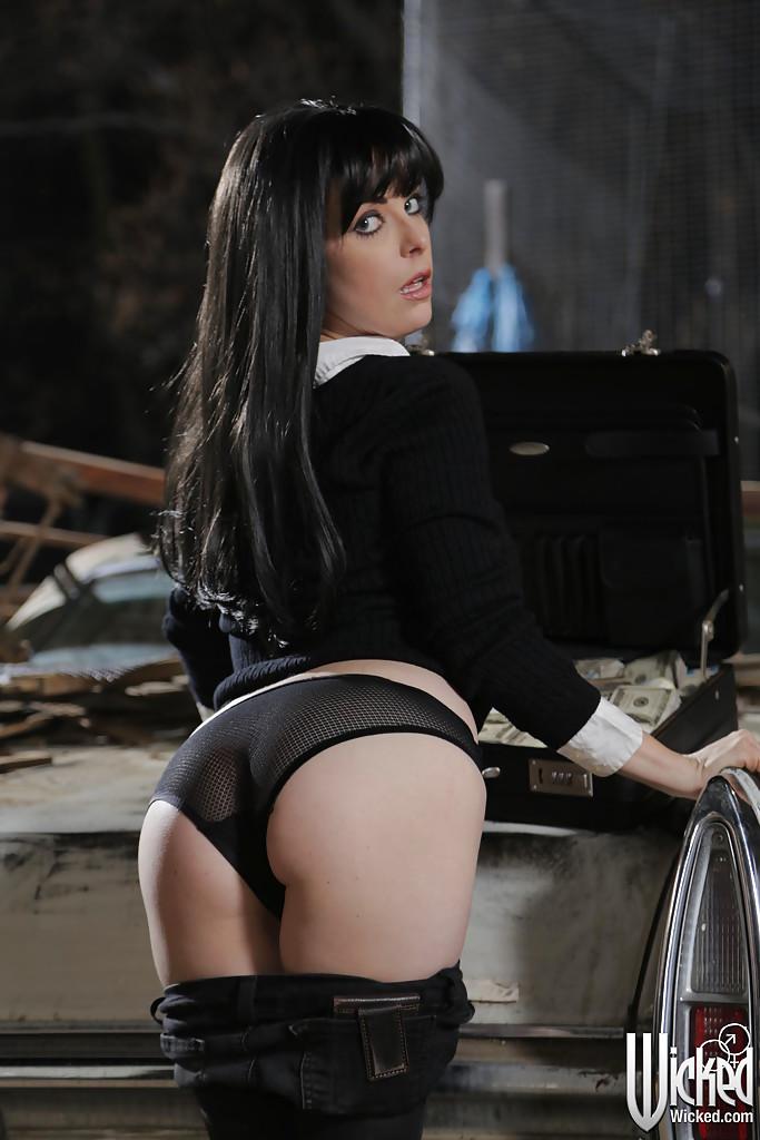 Penny Pax раздевается на фоне кадилака и чемодана с баксами 5 фото