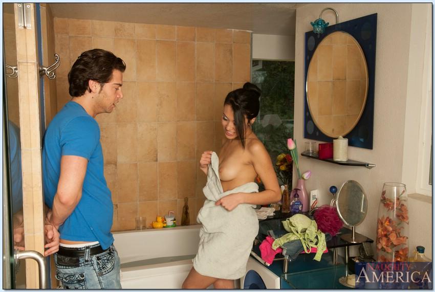 Азиатка Jayden Lee трахается с молодым любовником в ванной комнате 1 фото