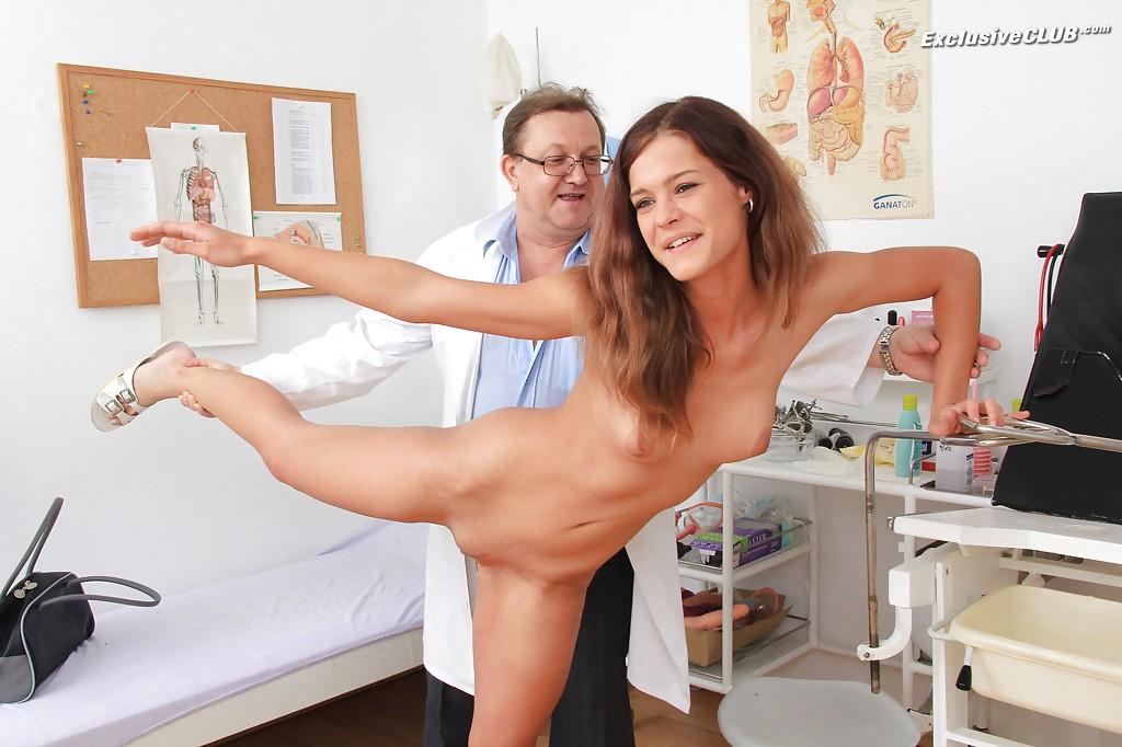 Взрослый гинеколог осматривает анус и вагину молодой пациентке 1 фото