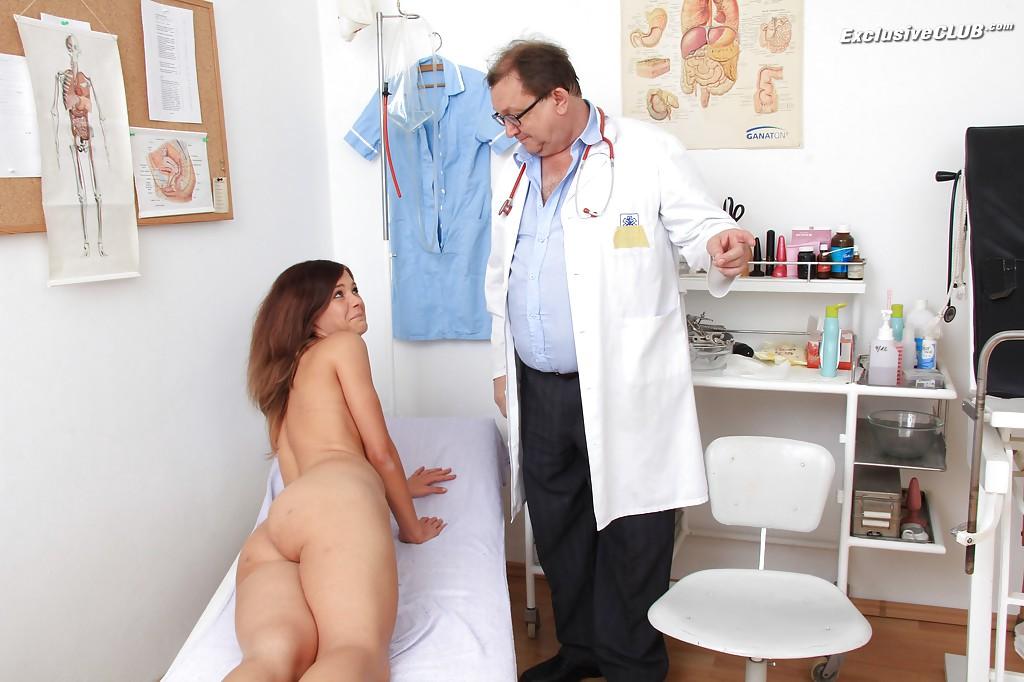 Взрослый гинеколог осматривает анус и вагину молодой пациентке 8 фото