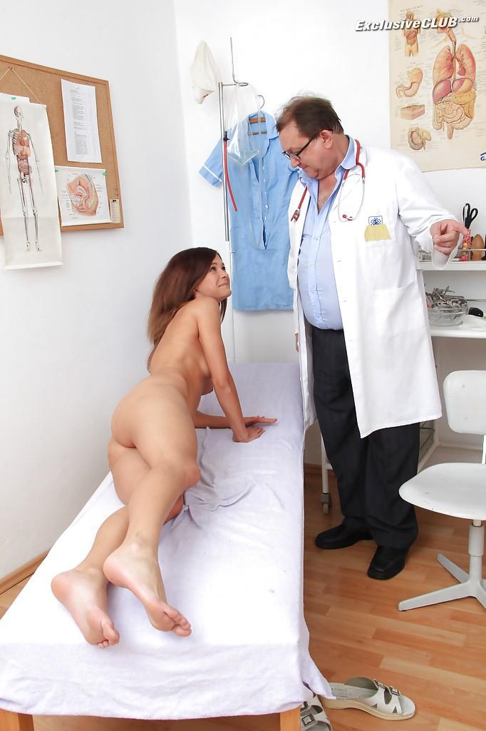 Взрослый гинеколог осматривает анус и вагину молодой пациентке 9 фото