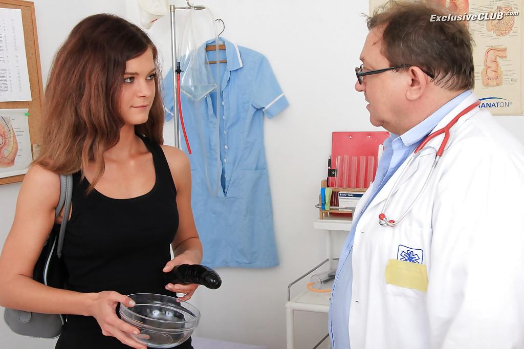 Взрослый гинеколог осматривает анус и вагину молодой пациентке 16 фото