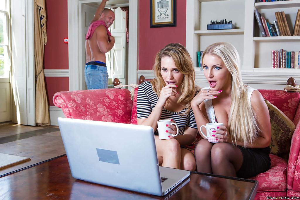 Мужик трахает двух красоток возбужденных просмотром порно 1 фото