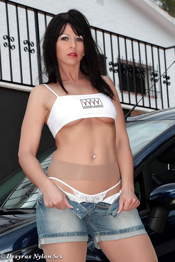 Desyra Noir в колготках раздевается у машины во дворе дома 2 фото