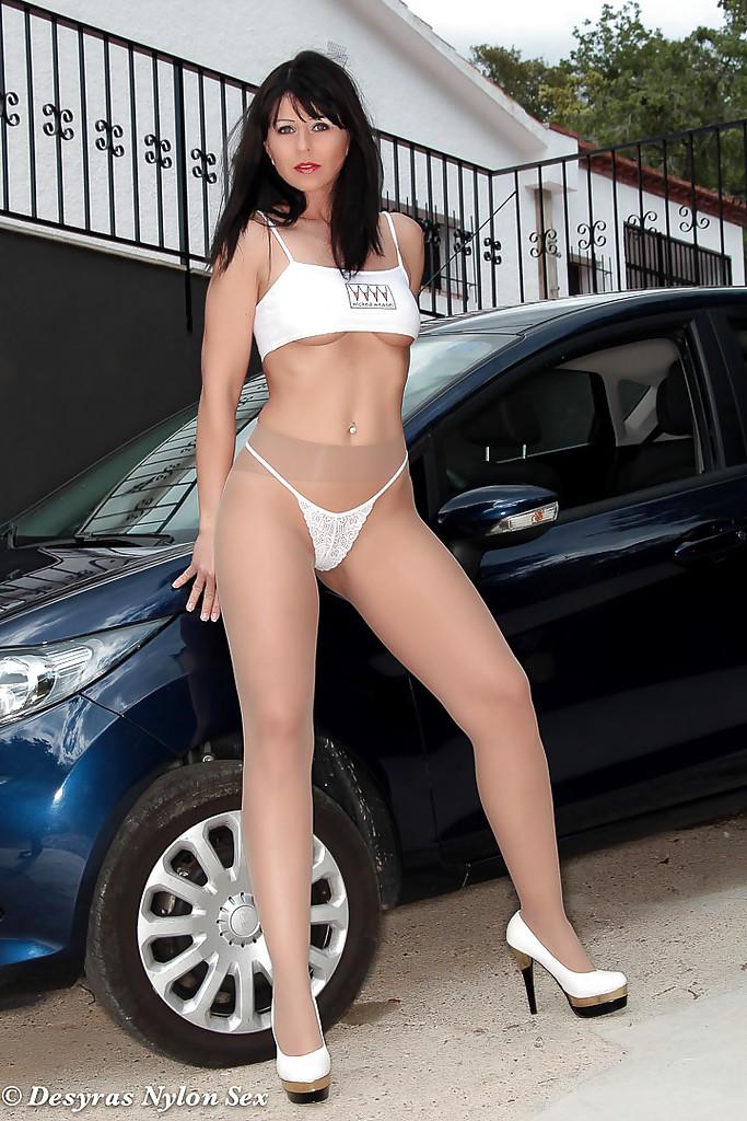 Desyra Noir в колготках раздевается у машины во дворе дома 4 фото