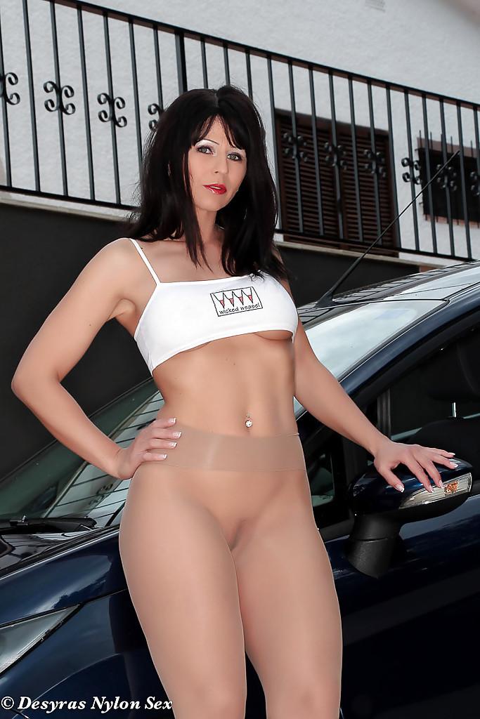 Desyra Noir в колготках раздевается у машины во дворе дома 8 фото