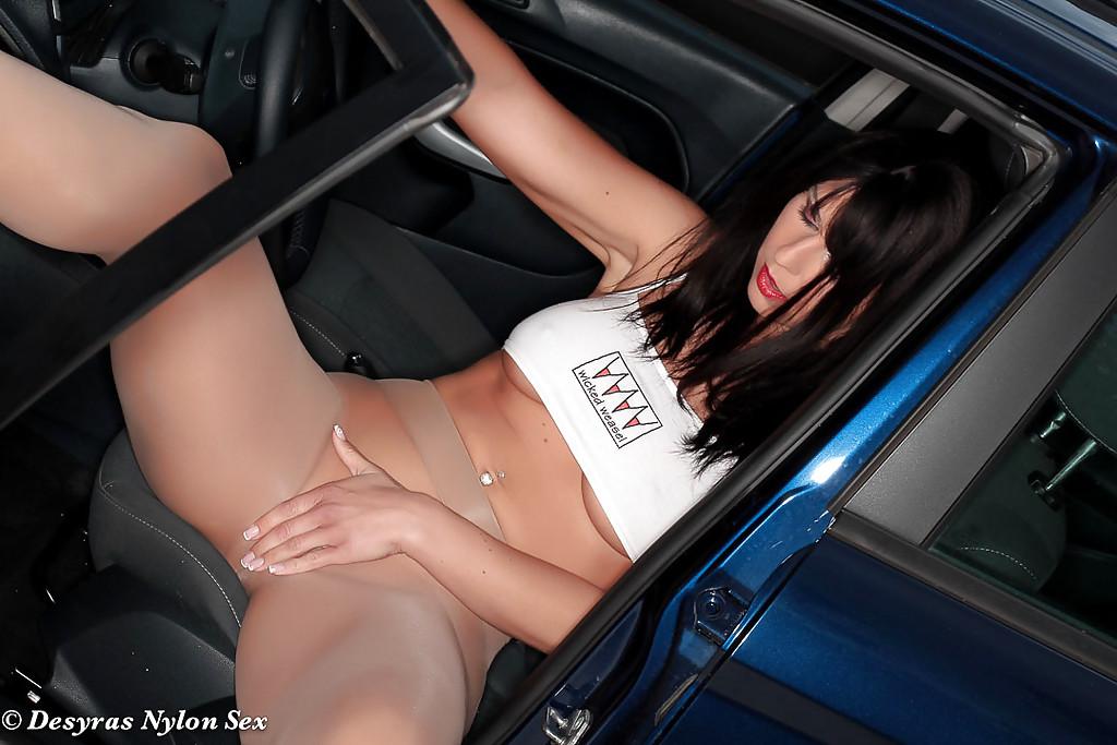 Desyra Noir в колготках раздевается у машины во дворе дома 10 фото