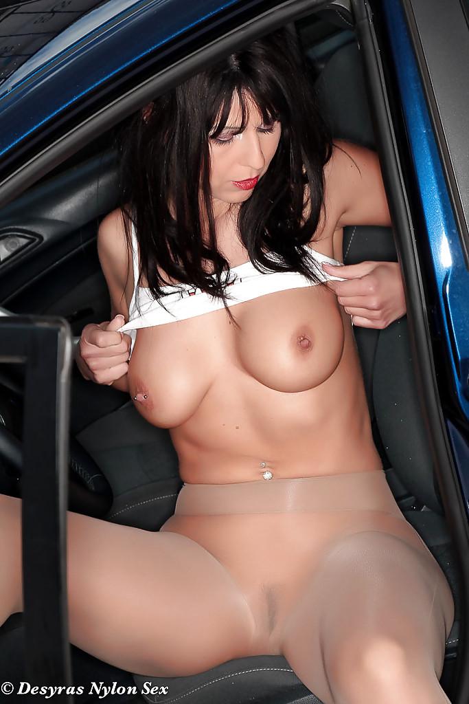 Desyra Noir в колготках раздевается у машины во дворе дома 11 фото