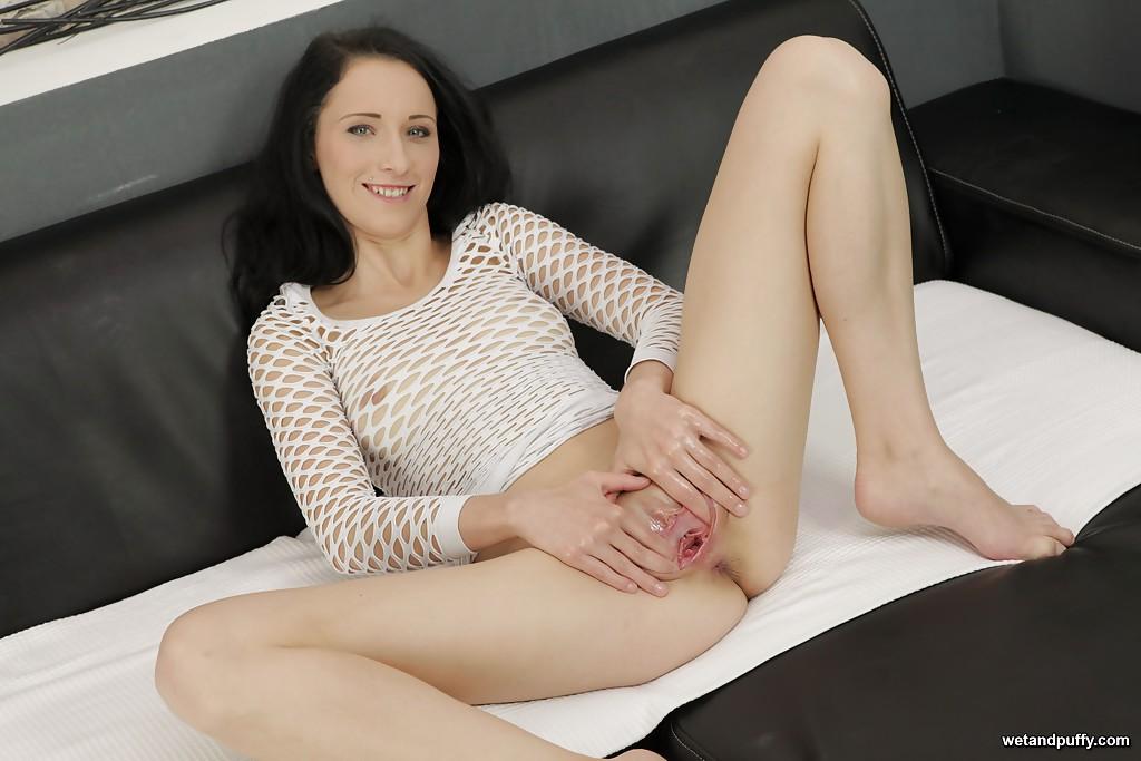 Худощавая брюнетка в сетчатом платье мастурбирует кистью на диване 15 фото
