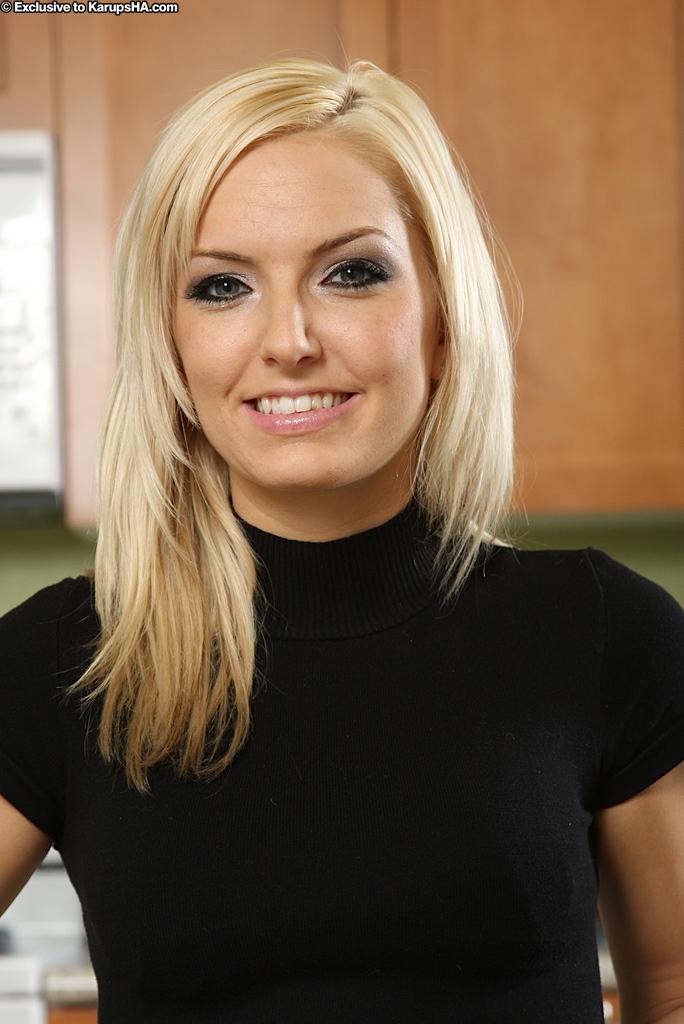 Худая блондинка раздевается у кухонного стола 2 фото