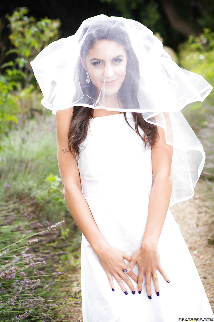 Смуглая невеста сняла свадебное платье в саду 1 фото