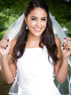 Смуглая невеста сняла свадебное платье в саду