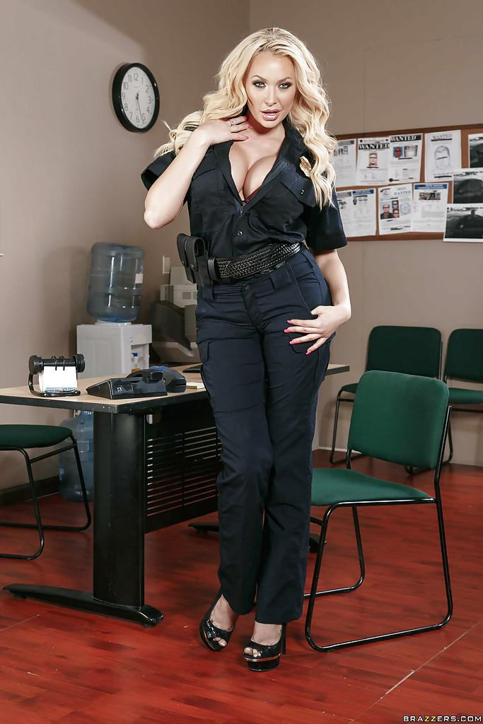 Стриптиз грудастой полицейской у стола в ее кабинете 1 фото