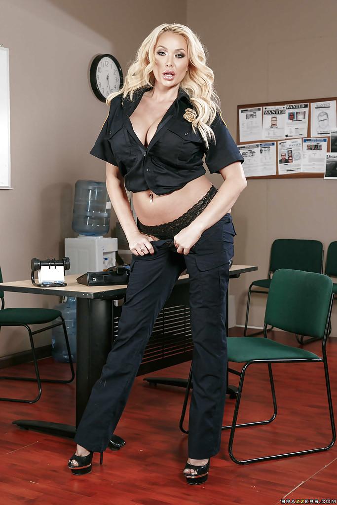 Стриптиз грудастой полицейской у стола в ее кабинете 3 фото