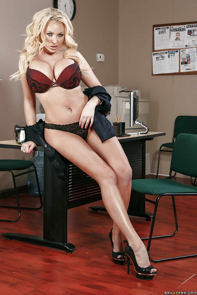 Стриптиз грудастой полицейской у стола в ее кабинете 7 фото