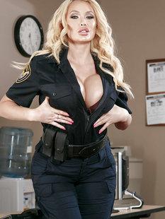 Стриптиз грудастой полицейской у стола в ее кабинете