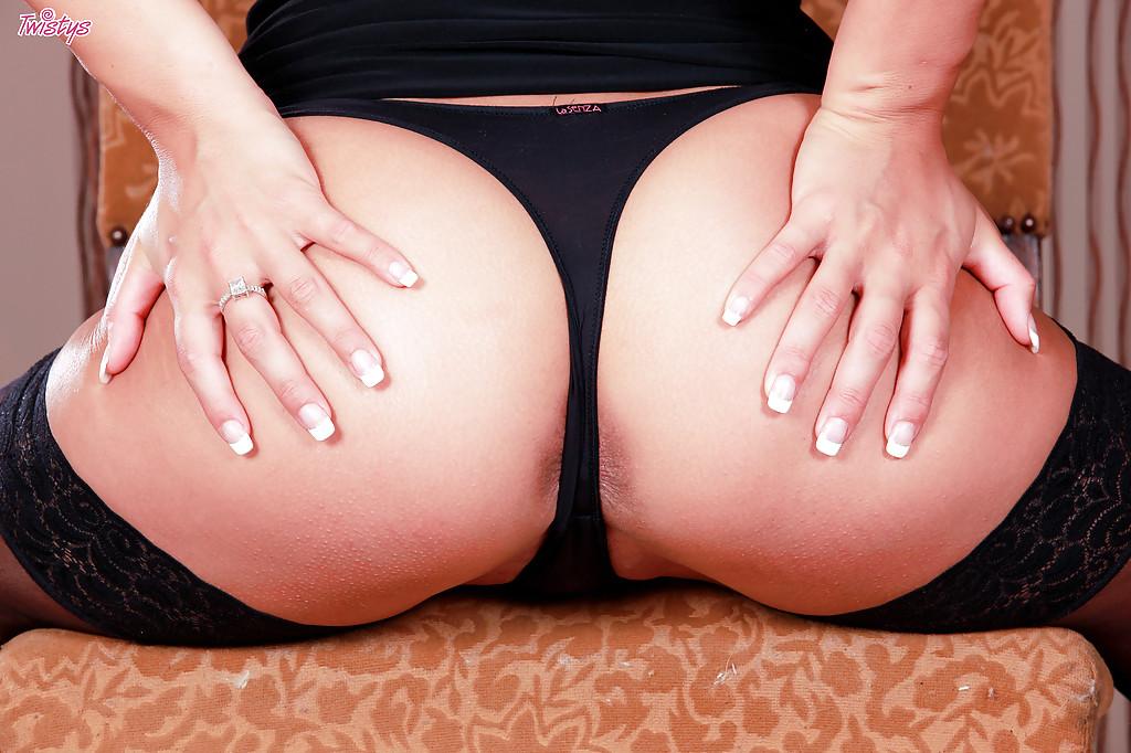 Стройная брюнетка в чулках мастурбирует на стуле черным дилдо 3 фото