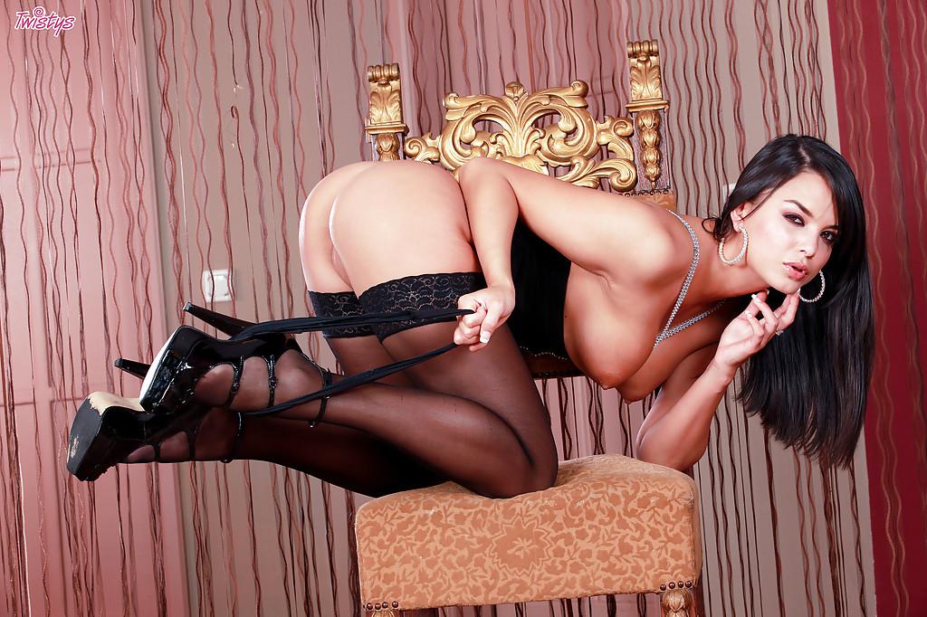 Стройная брюнетка в чулках мастурбирует на стуле черным дилдо 8 фото