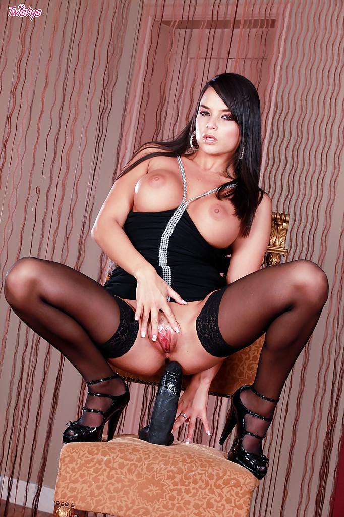Стройная брюнетка в чулках мастурбирует на стуле черным дилдо 13 фото