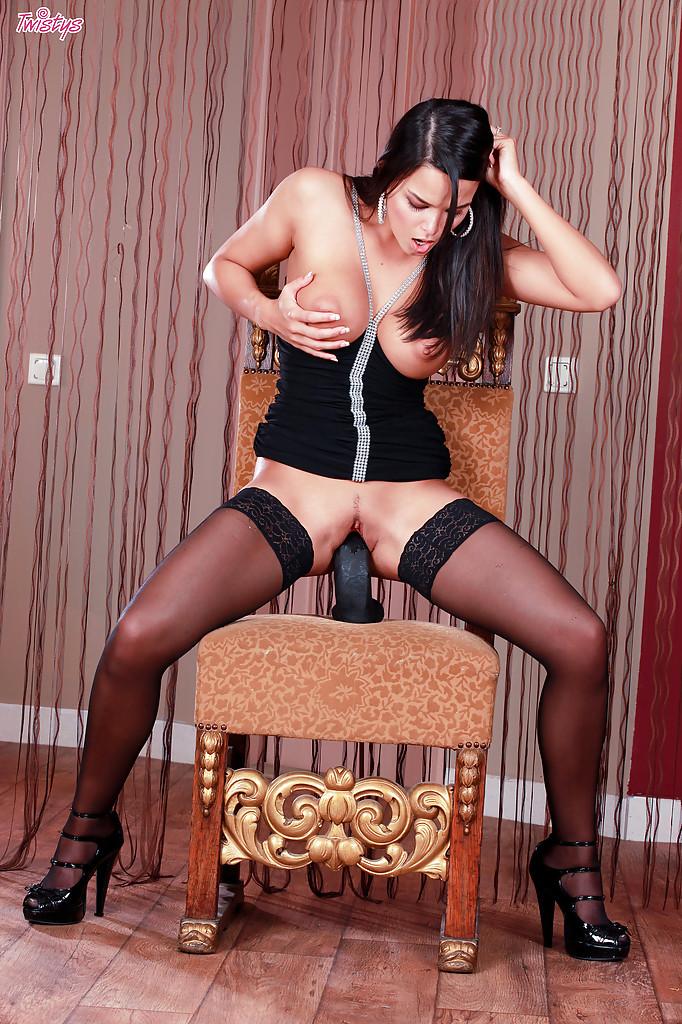 Стройная брюнетка в чулках мастурбирует на стуле черным дилдо 14 фото