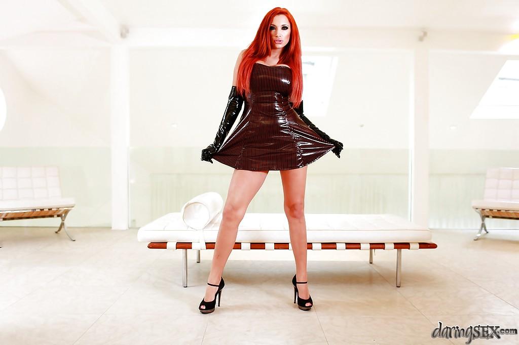 Рыжая деваха в блестящем платье светит сиськами в светлой комнате 2 фото