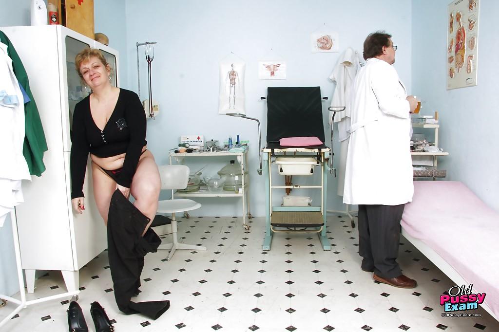 Зрелая пышка голышом на приеме у гинеколога 1 фото