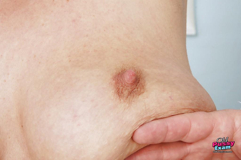 Зрелая пышка голышом на приеме у гинеколога 2 фото