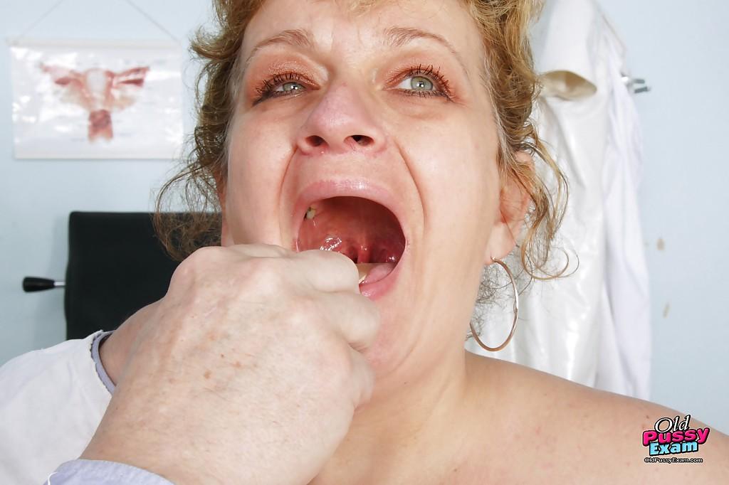 Зрелая пышка голышом на приеме у гинеколога 3 фото