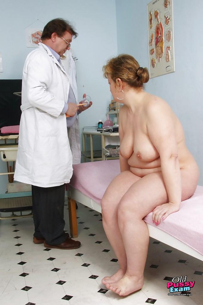 Зрелая пышка голышом на приеме у гинеколога 4 фото