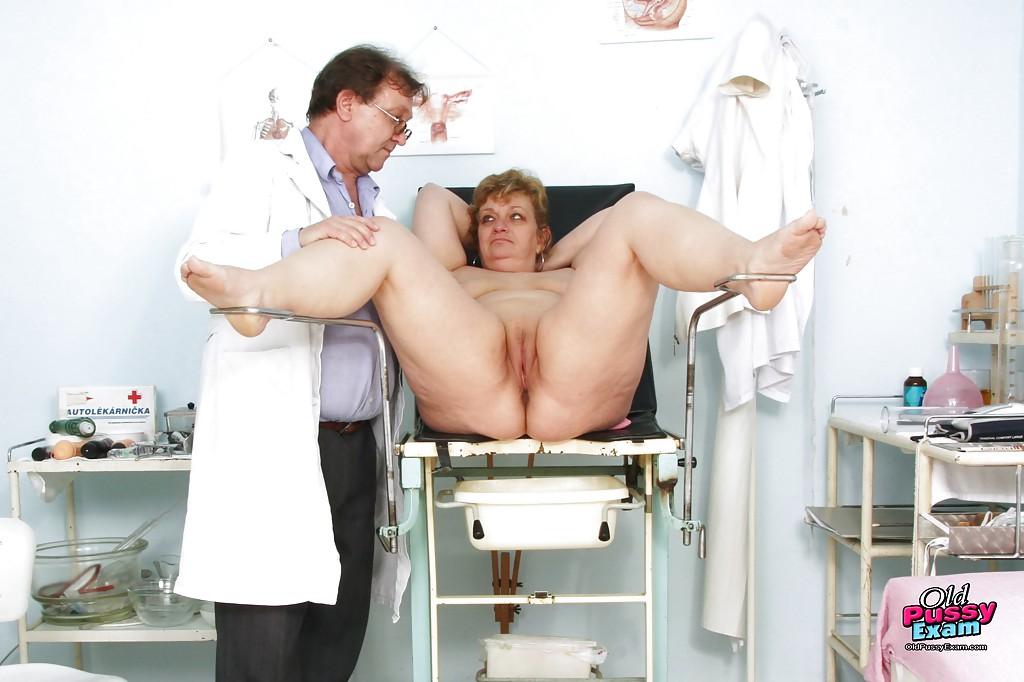 Зрелая пышка голышом на приеме у гинеколога 15 фото