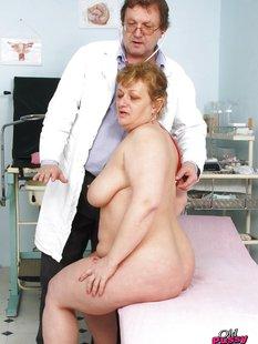 Зрелая пышка голышом на приеме у гинеколога
