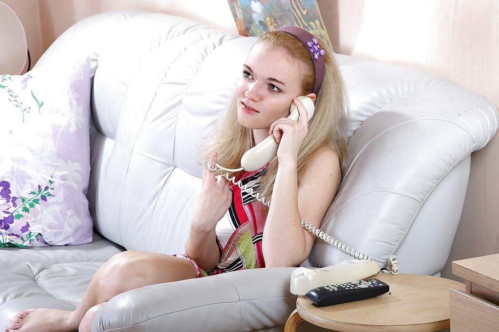 18 летняя блондинка мастурбирует на сером диване 1 фото