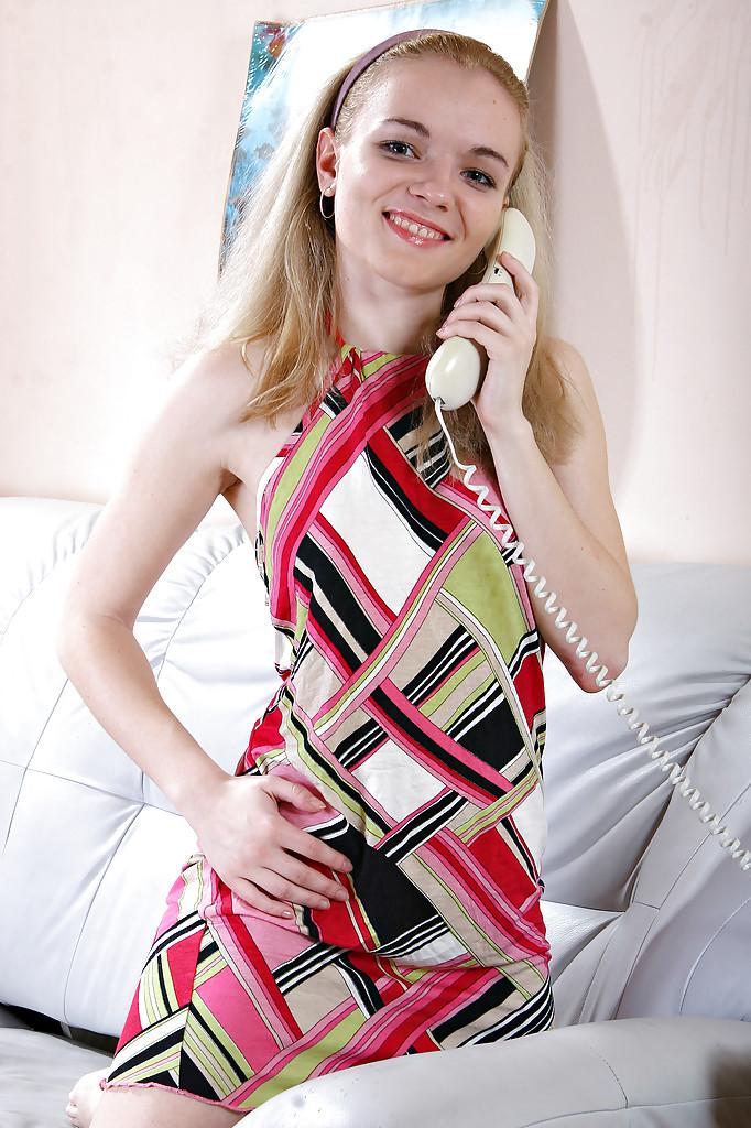 18 летняя блондинка мастурбирует на сером диване 2 фото