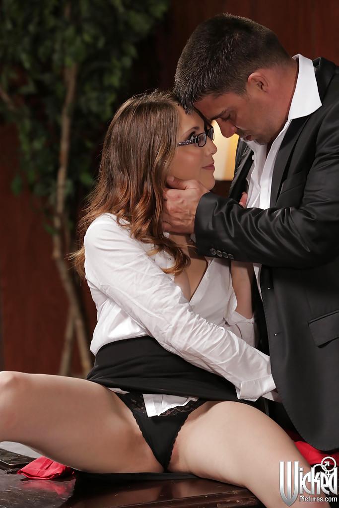 Секретарша в очках соблазнила шефа у своего стола 3 фото