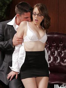 Секретарша в очках соблазнила шефа у своего стола