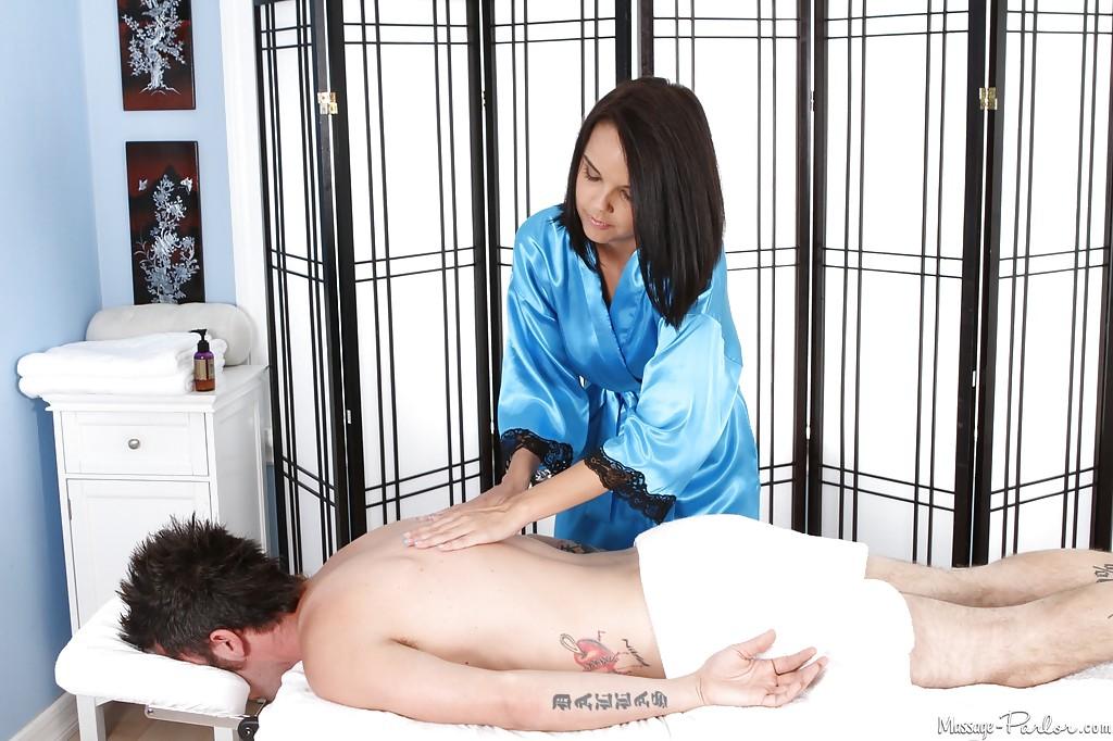 Массажистка Dillion Harper отсасывает парню и принимает сперму на грудь 2 фото