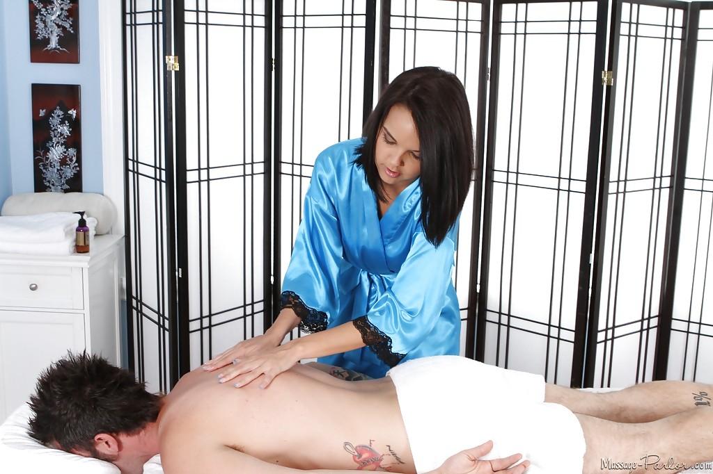 Массажистка Dillion Harper отсасывает парню и принимает сперму на грудь 3 фото