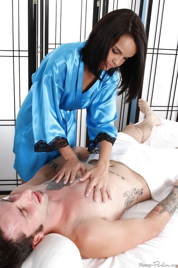 Массажистка Dillion Harper отсасывает парню и принимает сперму на грудь 5 фото